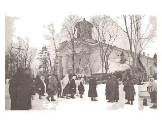 Kirkkokansa poistuu jumalanpalveluksesta Skuoritsan kirkosta Inkerissä vuonna 1943
